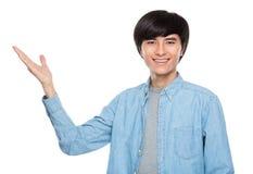 Jeune homme avec la présentation de main photos stock