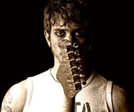 Jeune homme avec la roche punke grunge de verticale de guitare Photographie stock libre de droits