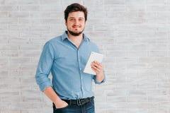 Jeune homme avec la tablette Images stock