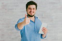 Jeune homme avec la tablette Photographie stock libre de droits