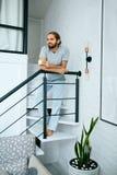 Jeune homme avec la tasse de café à la maison dans le matin image stock