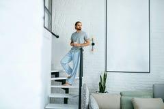 Jeune homme avec la tasse de café à la maison dans le matin photos stock