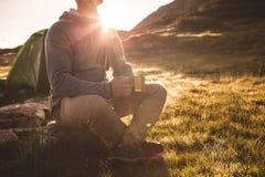 Jeune homme avec la tasse de thé Photo libre de droits
