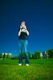 Jeune homme avec le caméscope images libres de droits