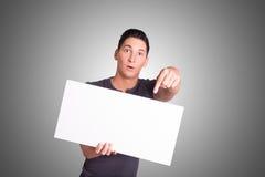 Jeune homme avec le carton blanc Images stock
