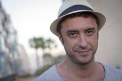 Jeune homme avec le chapeau Images stock
