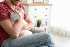 Jeune homme avec le chat mignon Images libres de droits