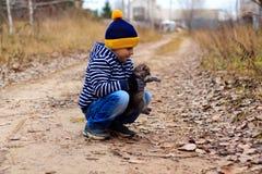 Jeune homme avec le chat pelucheux Photographie stock