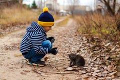 Jeune homme avec le chat pelucheux Photos stock