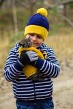 Jeune homme avec le chat pelucheux Photographie stock libre de droits