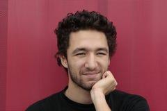 Jeune homme avec le cheveu bouclé   images stock