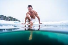 Jeune homme avec le corps musculaire maigre allant nager photographie stock libre de droits