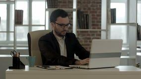 Jeune homme avec le fonctionnement drôle en verre sur le sien banque de vidéos