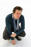 Jeune homme avec le fond de neige Image libre de droits