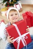 Jeune homme avec le giftbox Photographie stock