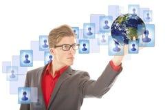Jeune homme avec le globe et les amis virtuels d'isolement Image libre de droits
