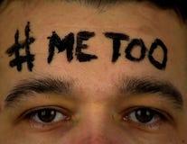 Jeune homme avec le ` imitation de ` d'inscription SUR LE FRONT photo libre de droits
