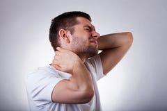 Jeune homme avec le mal de cou photos stock