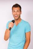 Jeune homme avec le microphone images stock