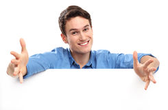 Jeune homme avec le panneau blanc Images libres de droits