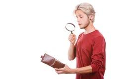 Jeune homme avec le portefeuille vide Photographie stock