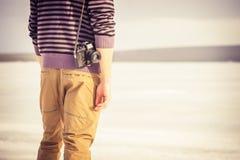 Jeune homme avec le rétro appareil-photo de photo extérieur image libre de droits