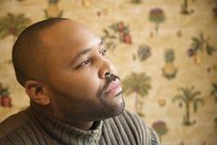 Jeune homme avec le regard fixe pensif Images libres de droits