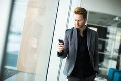 Jeune homme avec le téléphone portable Photo stock