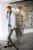 Jeune homme avec le téléphone portable Photo libre de droits