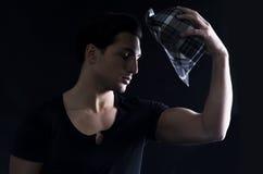 Jeune homme avec le T-shirt foncé et le chapeau à carreaux noir et blanc Photographie stock