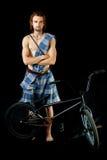 Jeune homme avec le vélo de BMX image stock