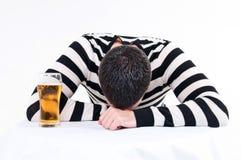 Jeune homme avec le verre de bière Photos libres de droits
