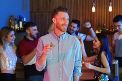 Jeune homme avec le verre du cocktail de martini photographie stock