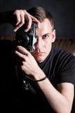 Jeune homme avec le vieil appareil-photo Photographie stock libre de droits