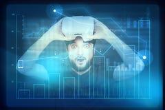 Jeune homme avec le visage enthousiaste après utilisation des verres de réalité virtuelle images stock