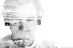 Jeune homme avec les écouteurs et la cascade, double exposition Photos libres de droits