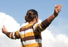 Jeune homme avec les bras ouverts photo stock