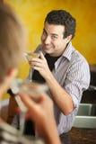Jeune homme avec Martini photographie stock libre de droits