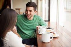 Jeune homme avec son amie dans un café Photographie stock libre de droits