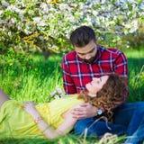 Jeune homme avec son amie en parc Photo stock