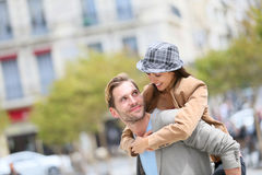 Jeune homme avec son amie sur le dos Photo stock
