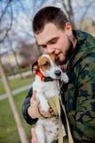 Jeune homme avec son chien, Jack Russell Terrier, photographie stock