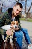 Jeune homme avec son chien, Jack Russell Terrier, images libres de droits
