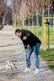 Jeune homme avec son chien, Jack Russell Terrier image libre de droits
