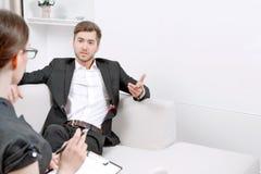 Jeune homme avec son psychologue photographie stock