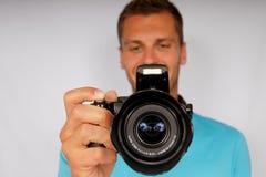 Jeune homme avec un appareil-photo photos stock