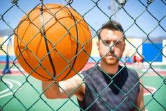 Jeune homme avec un basket-ball photos libres de droits