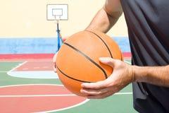Jeune homme avec un basket-ball photographie stock libre de droits