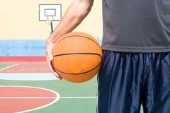 Jeune homme avec un basket-ball photographie stock