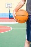 Jeune homme avec un basket-ball images stock